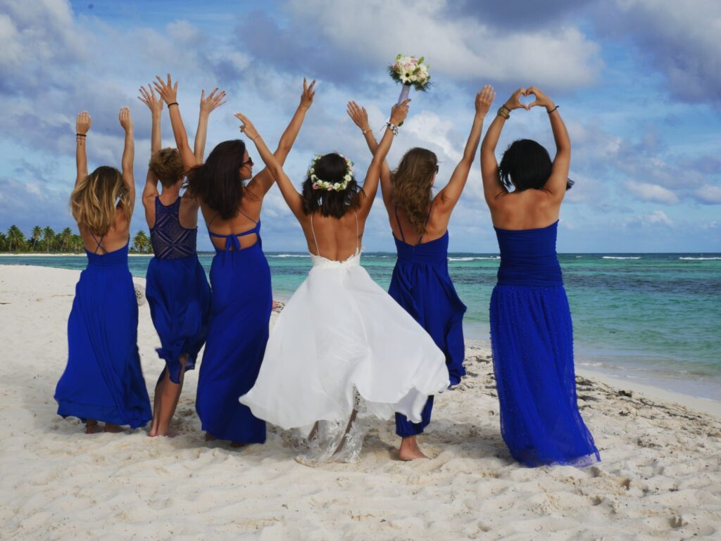 Ślub na plaży druhny