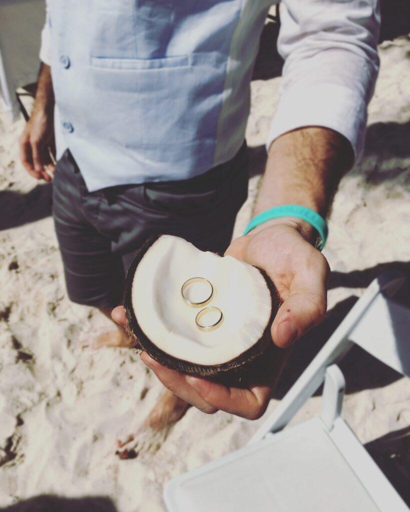 Ślub na plaży obrączki