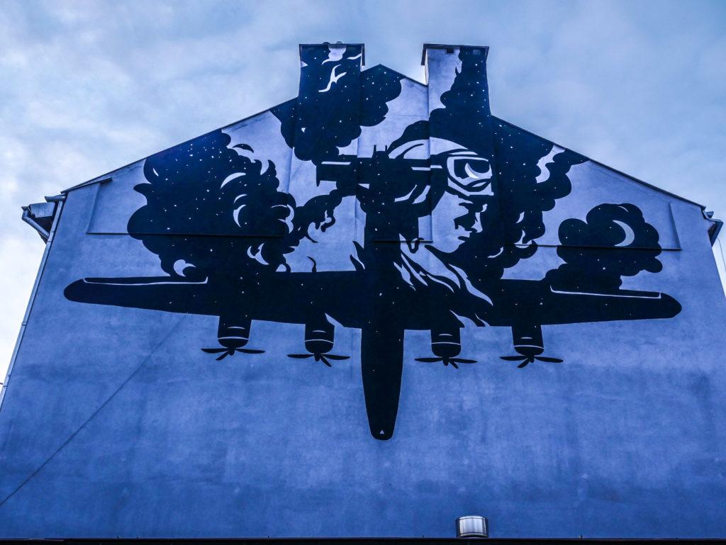 Samolot na budynku przy ul Dąbrowskiego