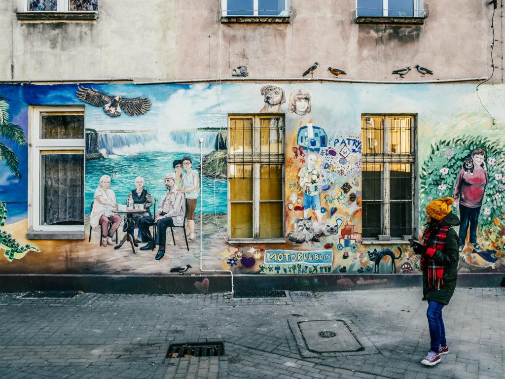 Kolorowe podwórko murale